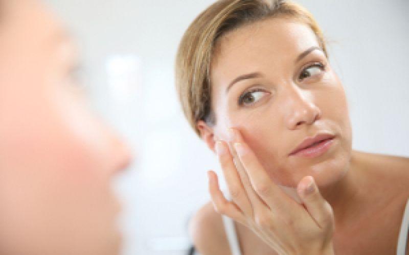 kobieta kremuje twarz cera naczynkowa