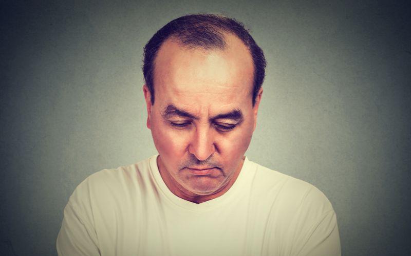 łysienie androgenowe zmartwiony mężczyzna